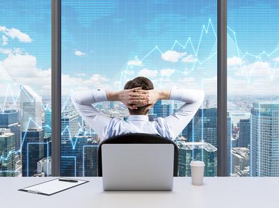 Mann vor CEO-Brainstorming